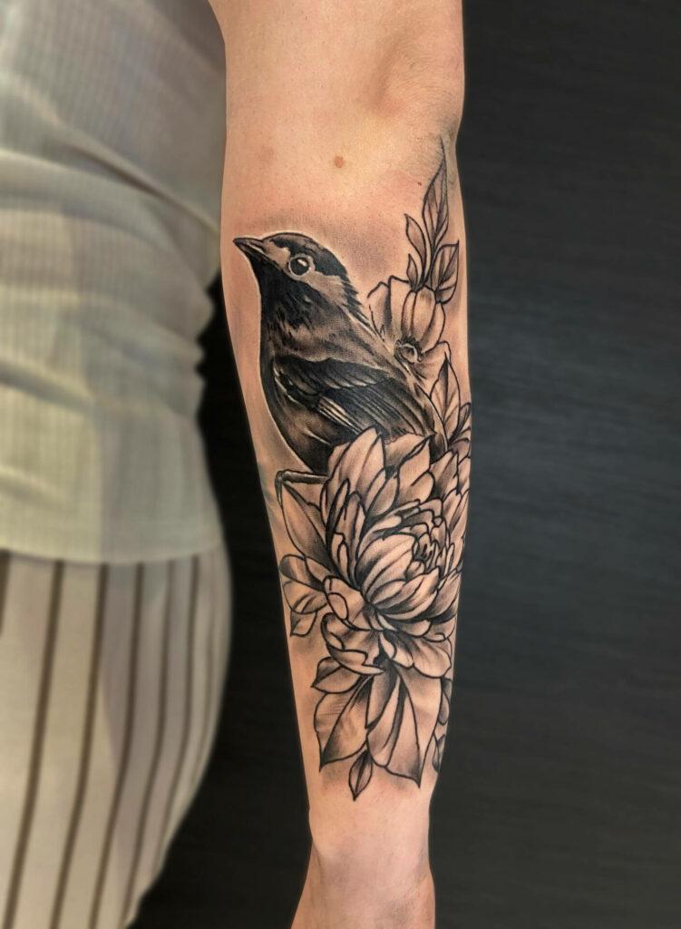 Tatouage fleurs et oiseau réalisé par Olivier Steffen, Crazy Needles Tattoo, Annemasse 74
