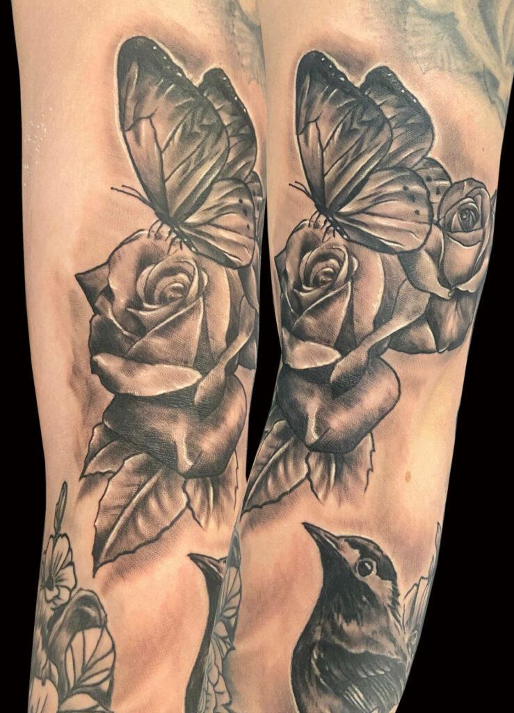 Tatouage rose et papillon réalisé par Olivier Steffen, Crazy Needles Tattoo, Annemasse 74