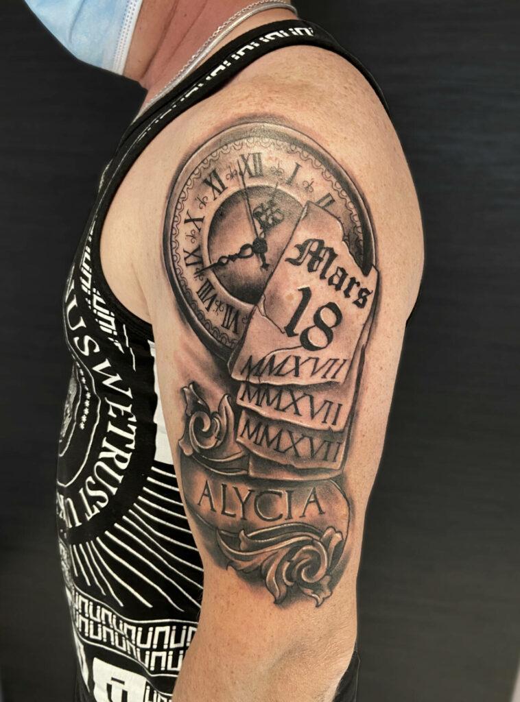 Tatouage horloge et calendrier réalisé par Olivier Steffen, Crazy Needles Tattoo, Annemasse, Haute Savoie 74