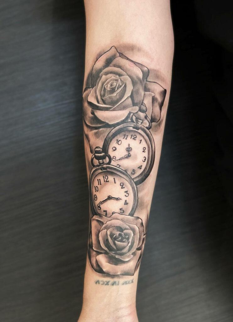 Tatouage roses et montres réalisé par Olivier Steffen, Crazy Needles Tattoo, Annemasse, Haute Savoie 74