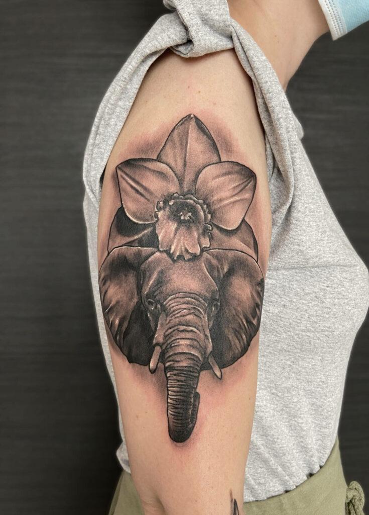 Tatouage éléphant et fleur réalisé par Olivier Steffen, Crazy Needles Tattoo, Annemasse 74
